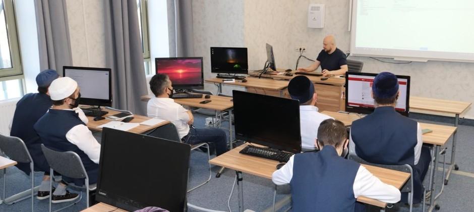 Сотрудник Центра исламоведческих исследований АН РТ читает курс лекций для магистрантов